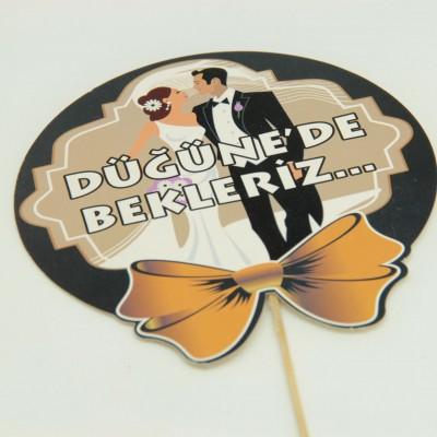 Diğer - Düğüne De Bekleriz Yazılı Gelin Damat Baskılı Çubuklu Konuşma Balonu