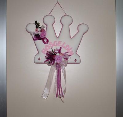 Diğer - Hoşgeldin Yazılı Kraliçe Taçlı Çiçekli Kız Bebek Kapı Süsü Pembe